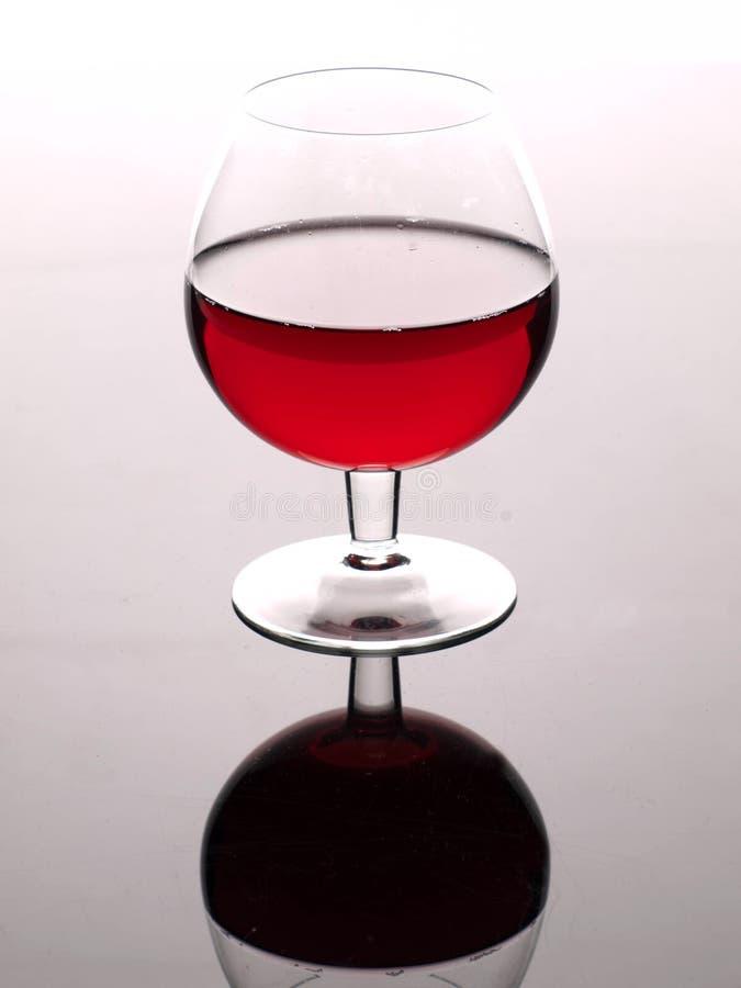 Rode wijn en wijnglas stock afbeeldingen