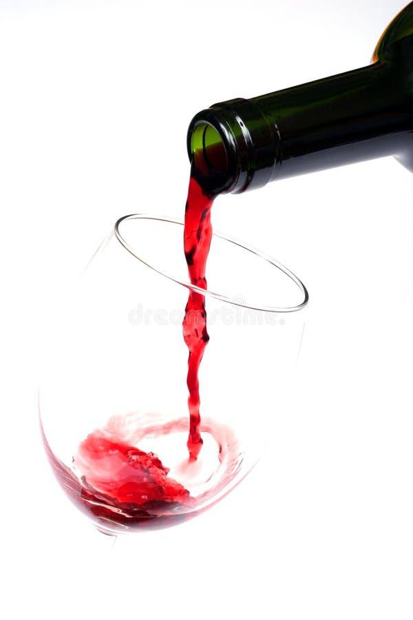 Rode wijn gietende close-up stock foto's