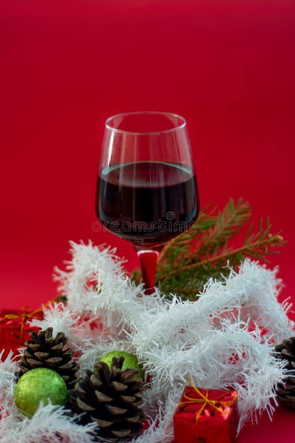 Rode wijn in glazen op openluchteettafel stock afbeeldingen