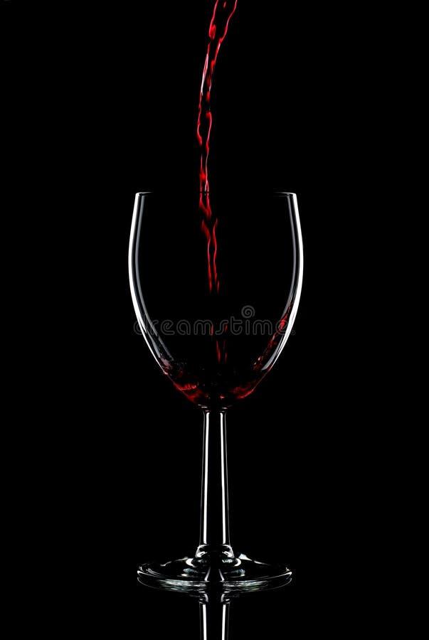 Rode wijn het gieten royalty-vrije stock afbeeldingen