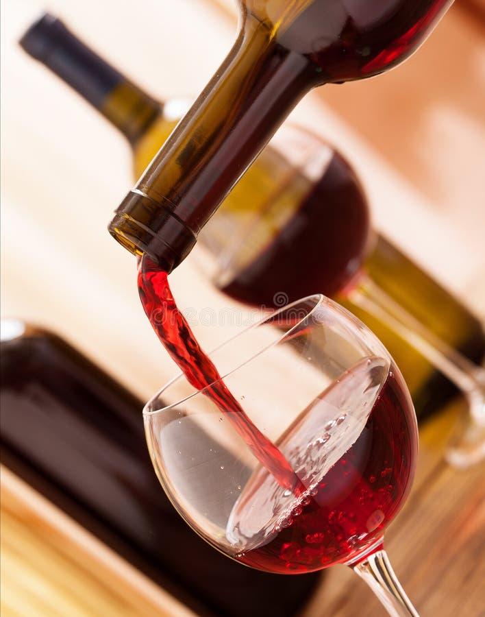 Rode wijn het gieten in glas, close-up royalty-vrije stock foto