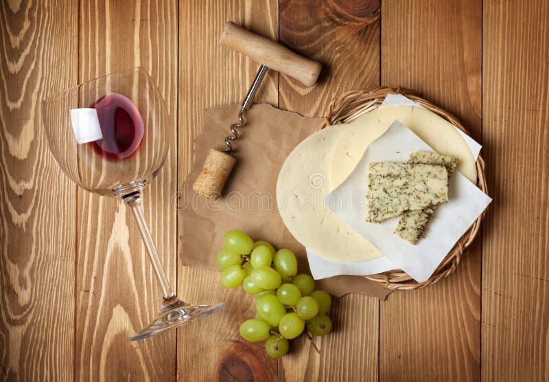 Rode wijn, kaas en druif stock fotografie
