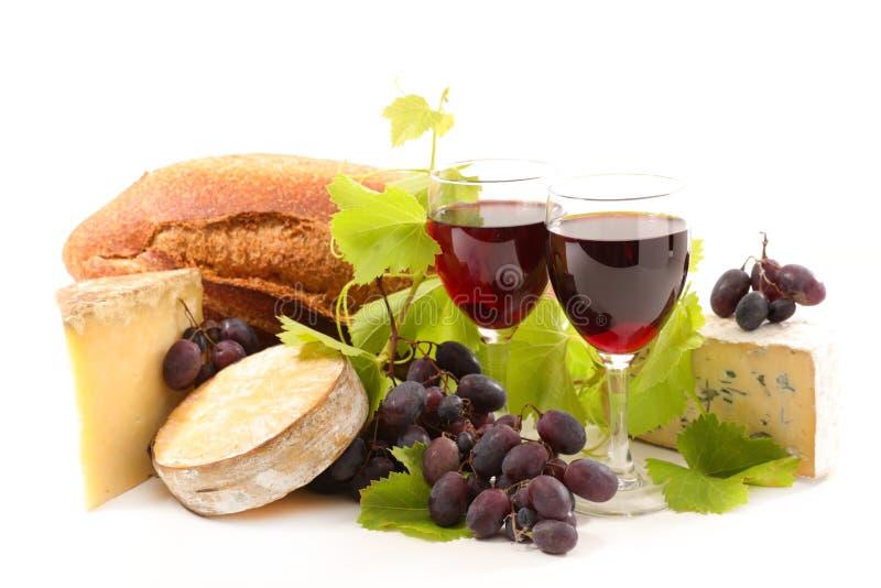 Rode wijn met brood en kaas stock afbeeldingen
