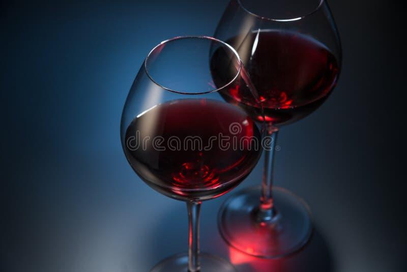 Rode wijn op donkerblauwe achtergrond royalty-vrije stock foto