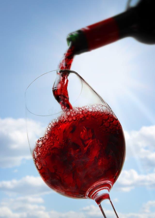 Rode wijn tegen blauwe hemel stock foto's