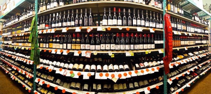 Rode wijndoorgang in een opslag van de Flessenkoning stock fotografie