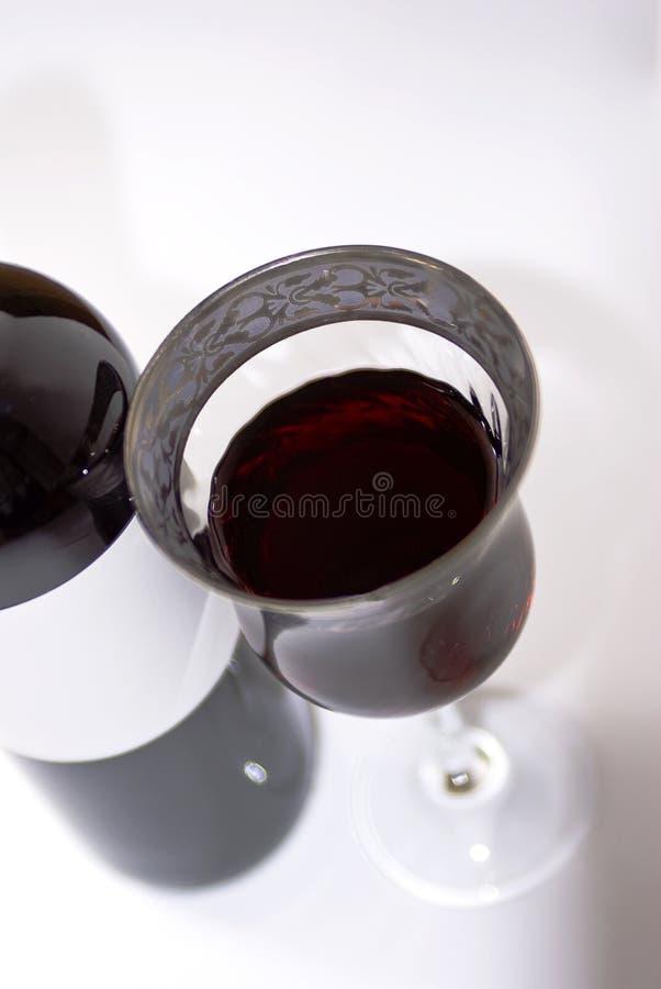 Rode wijnfles en een luxeglas - royalty-vrije stock foto's