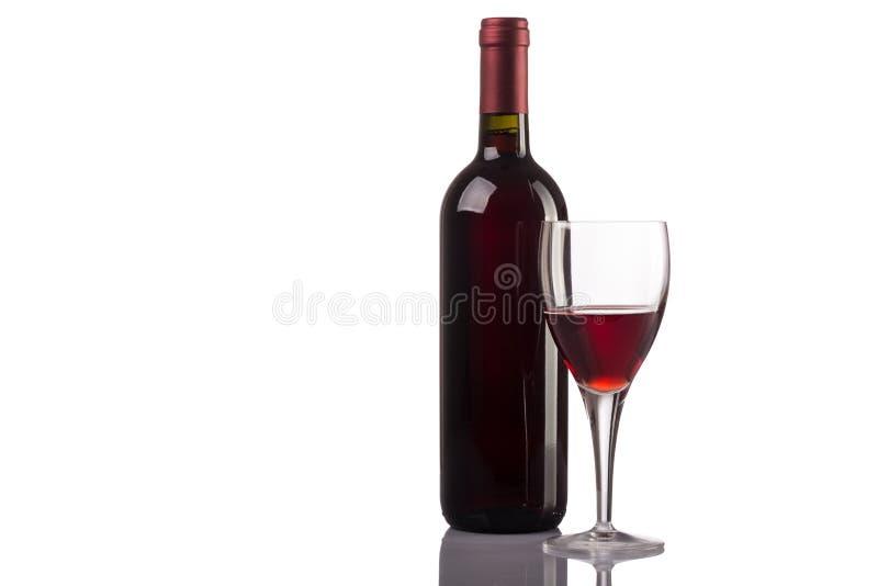 Rode wijnfles en glas op witte achtergrond royalty-vrije stock afbeeldingen