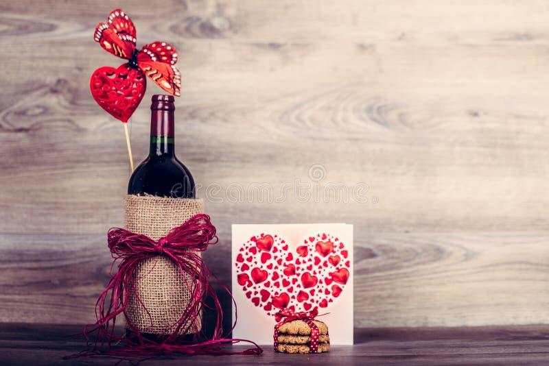 Rode wijnfles en hart stock afbeeldingen