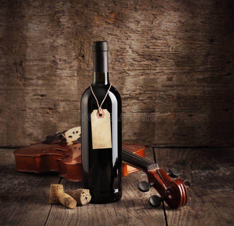 Rode wijnfles en viool royalty-vrije stock foto