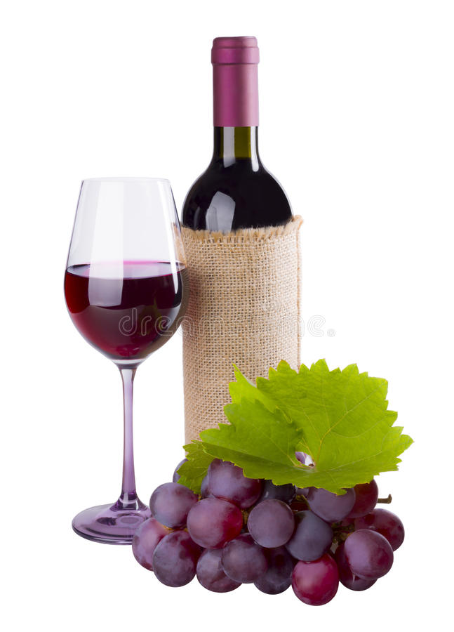 Rode wijnfles, glas en druif met gebladerte op wit royalty-vrije stock fotografie