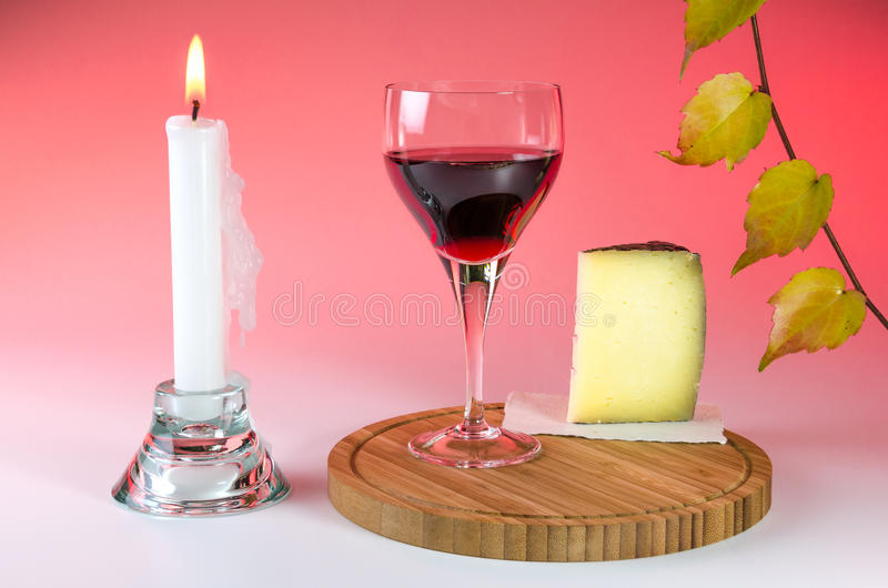 Rode wijnstok in een glas met kaas en kaars 2 royalty-vrije stock foto