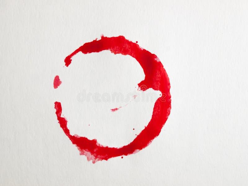 Rode wijnvlek op het servet stock afbeelding