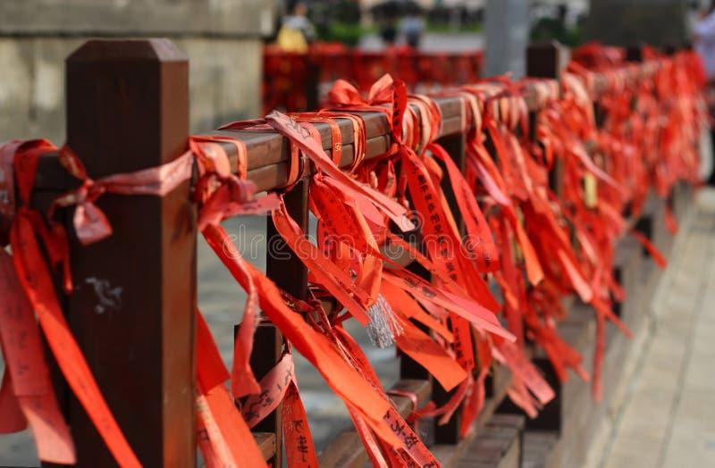 Rode wimpels op het traliewerk royalty-vrije stock fotografie