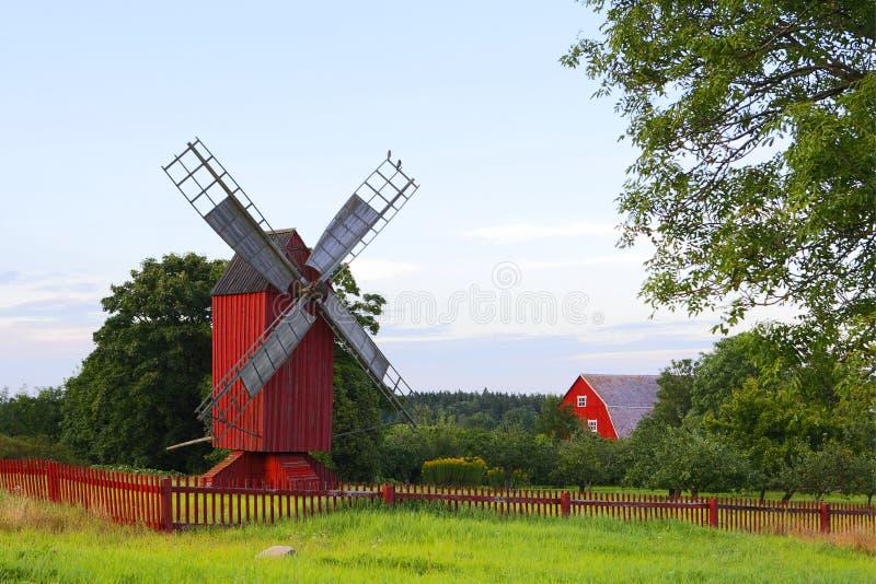 Rode windmolen met rode omheining stock fotografie
