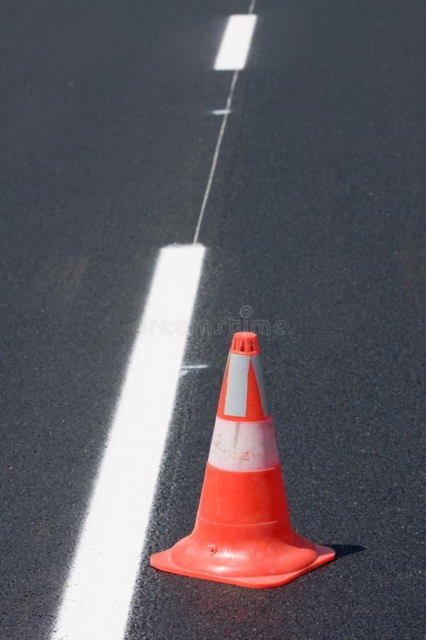 Rode witte getijgerde verkeerskegels stock foto