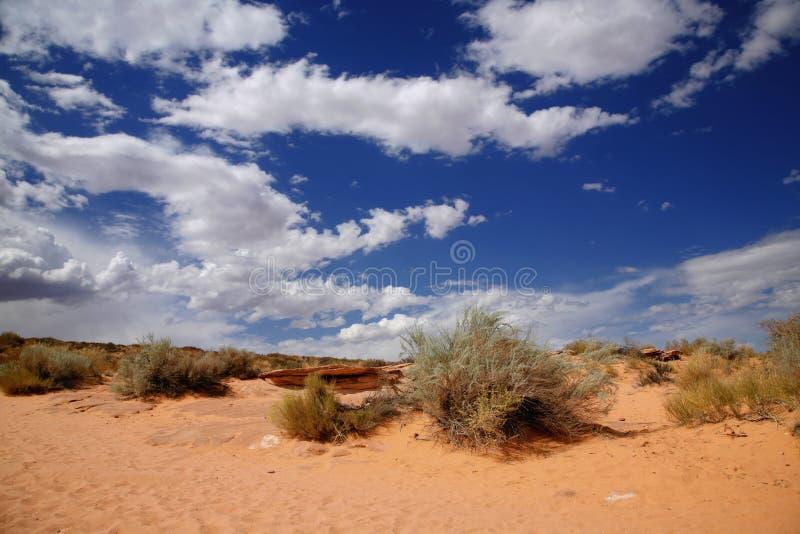 Rode woestijn en bewolkte hemel, Pagina - Arizona royalty-vrije stock afbeeldingen
