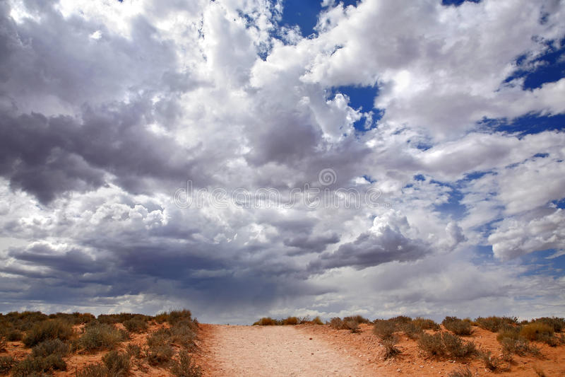 Rode woestijn en bewolkte hemel, Pagina - Arizona royalty-vrije stock foto's