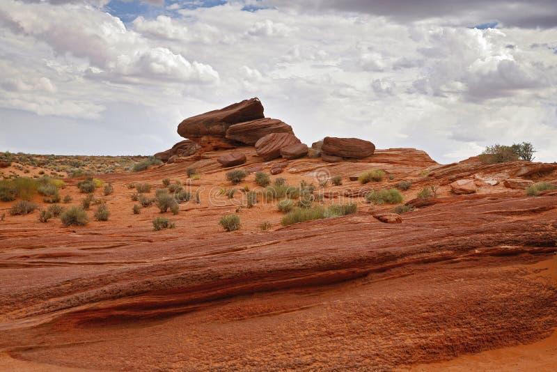 Rode woestijn en bewolkte hemel, Pagina - Arizona stock afbeelding