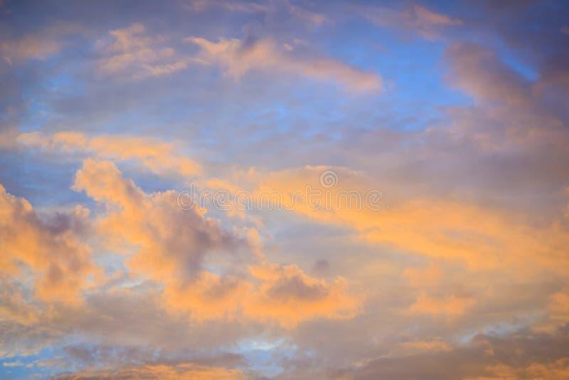 Rode wolk en blauwe hemelachtergrond De dramatische zonsonderganghemel begon van blauw in sinaasappel te veranderen royalty-vrije stock fotografie