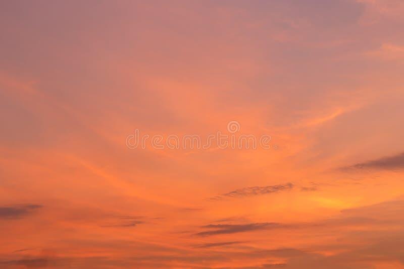 Rode wolk over hemel in zonsondergangtijd royalty-vrije stock afbeelding