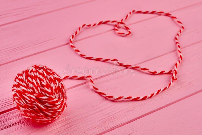 Rode wollen bal van garen royalty-vrije stock afbeeldingen