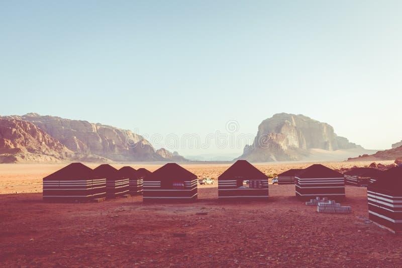 Rode zandwoestijn en Bedouin kamp bij zonnige de zomerdag in Wadi Rum, Jordanië Het Midden-Oosten stock afbeelding
