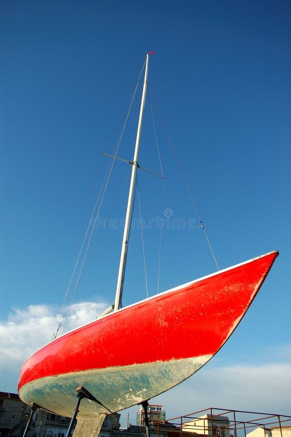 Rode zeilboot stock foto's