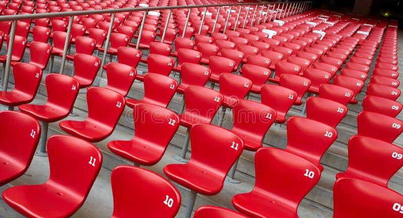 Rode Zetels in Stadion stock afbeelding