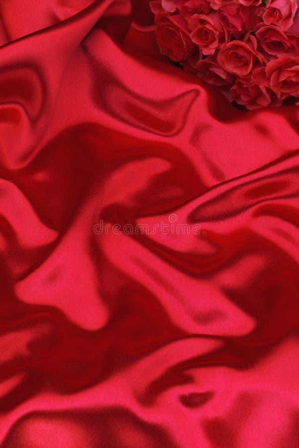 Rode zijde en rozen royalty-vrije stock foto's