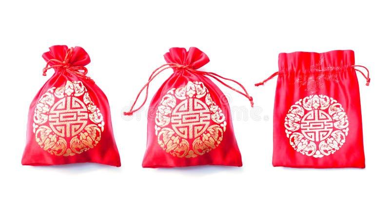 Rode zijdeachtige geldzak met Chinees die patroon op witte backg wordt geïsoleerd royalty-vrije stock foto