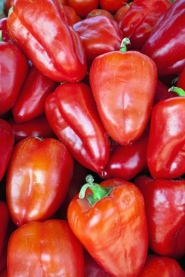 Rode zoete groene paprika's natuurlijke achtergrond. stock fotografie
