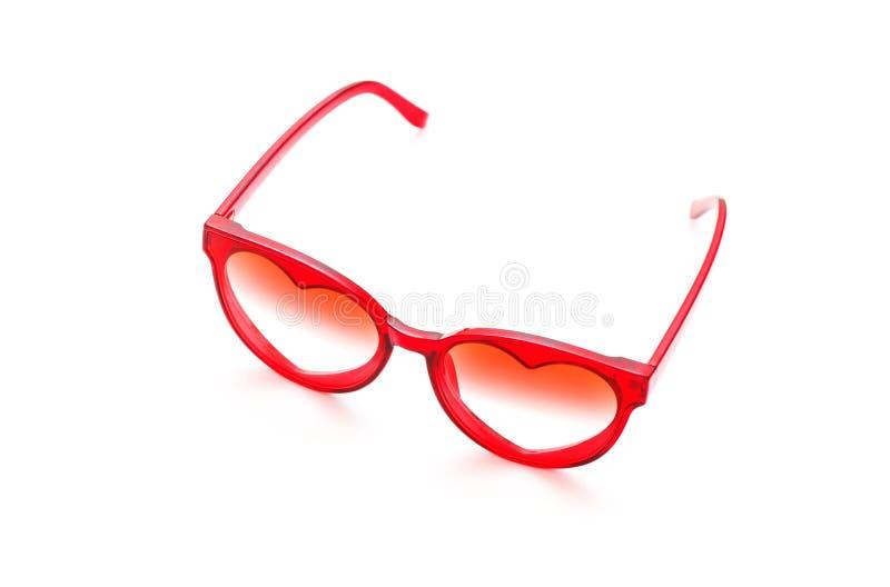 Rode zonnebril op witte achtergrond stock foto's