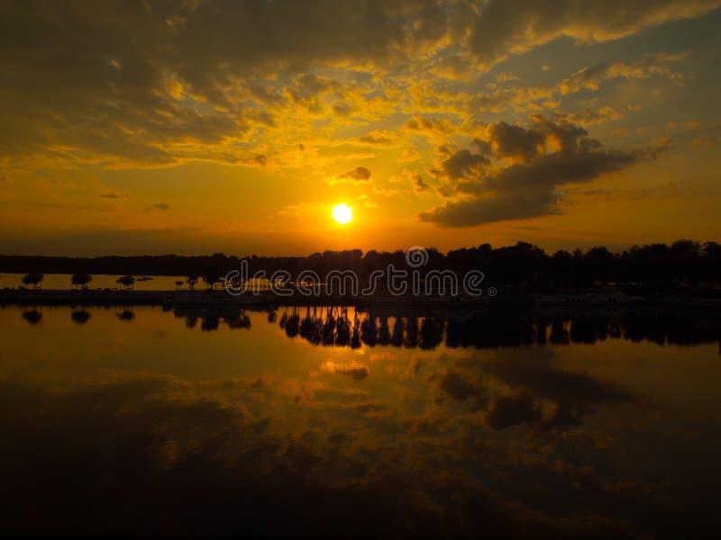 Rode zonsondergang boven Masurian-meer stock afbeelding