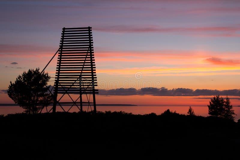 Rode zonsondergang op de kust royalty-vrije stock afbeelding