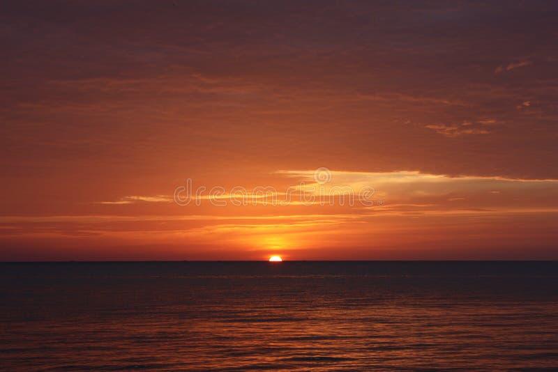 Rode zonsondergang over de oceaan royalty-vrije stock afbeeldingen