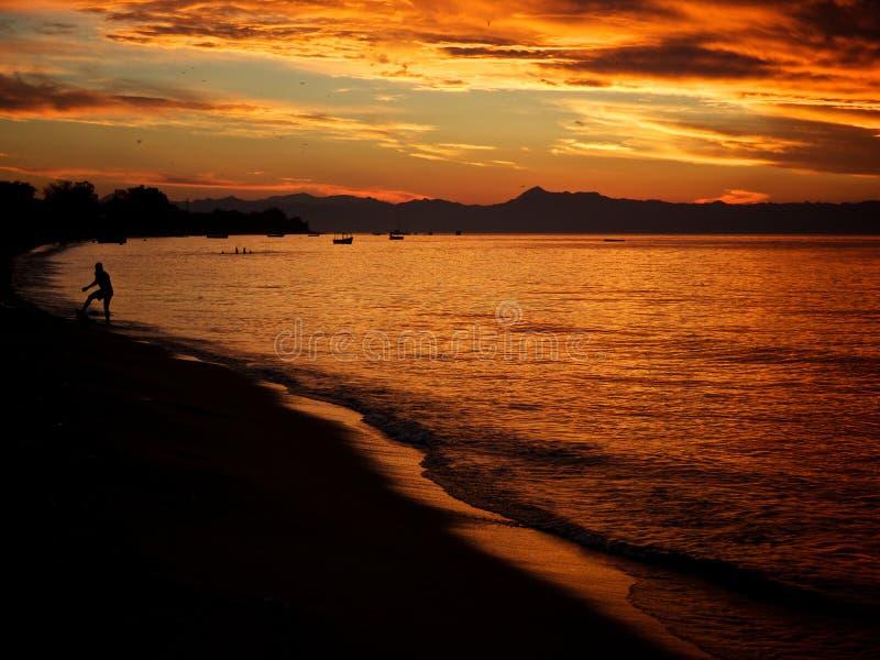 Rode zonsondergangmening aan Meer Malawi royalty-vrije stock foto