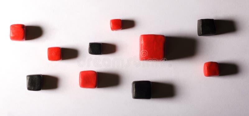 Rode zwarte kubussen stock fotografie