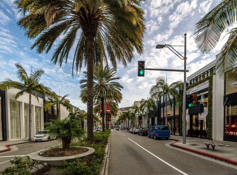 Rodeo-Antriebs-Straße mit Speichern und Palmen in Beverly Hills - Los Angeles, Kalifornien, USA lizenzfreies stockbild