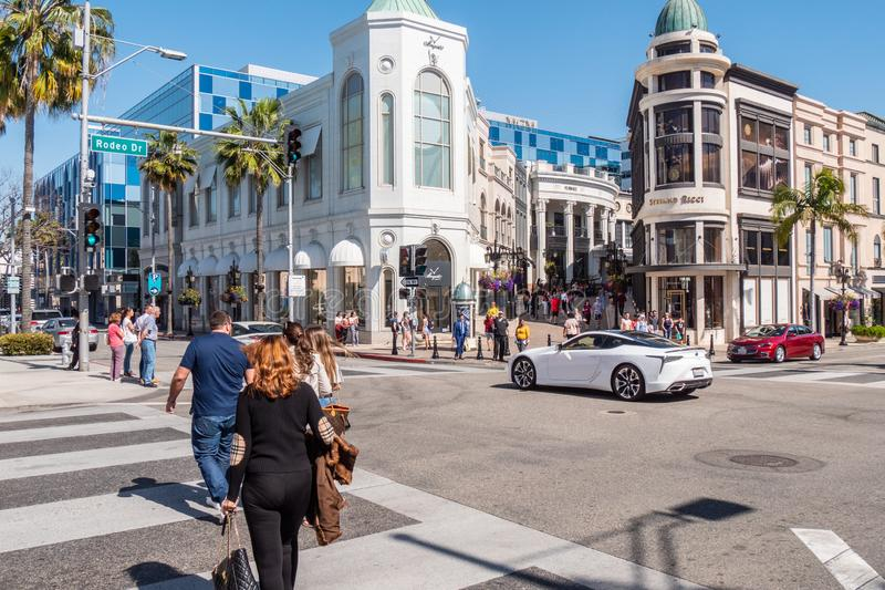 Rodeo Drive gatahörn i Beverly Hills - KALIFORNIEN, USA - MARS 18, 2019 royaltyfri bild