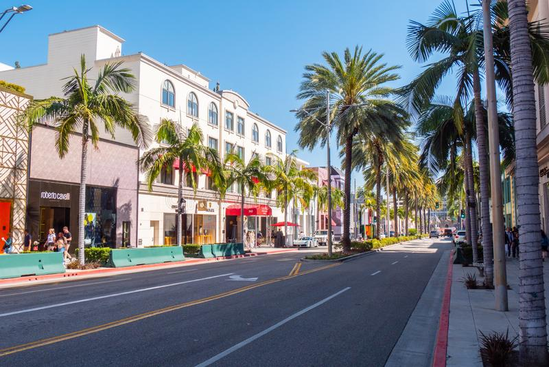 Rodeo Drive gatasikt i Beverly Hills - KALIFORNIEN, USA - MARS 18, 2019 arkivfoto