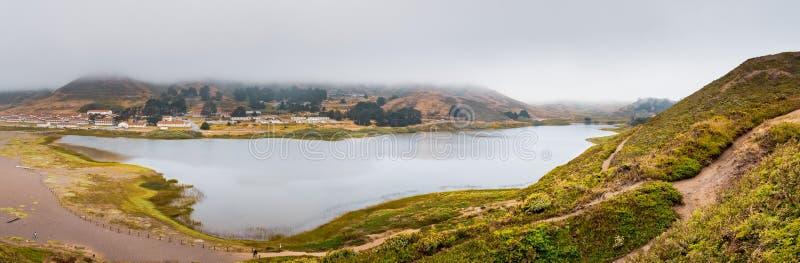 Rodeo-Lagune und Fort Cronkhite auf der Küstenlinie des Pazifischen Ozeans, an einem bewölkten Tag, Marin Headlands, Marin County stockbild