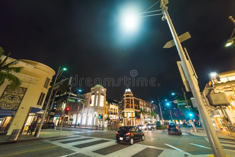 Rodeodrev och Dayton vägtvärgata i Beverly Hills vid natt royaltyfri bild