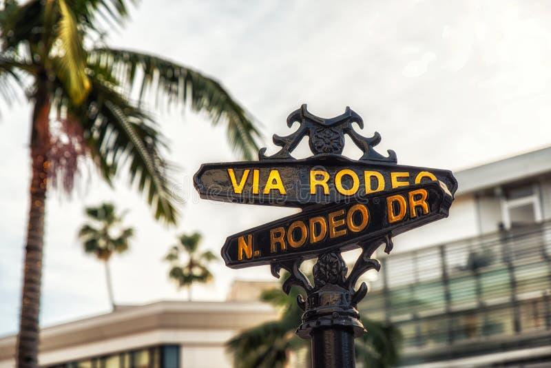 Rodeodrevtecken med palmträd i Beverly Hills fotografering för bildbyråer