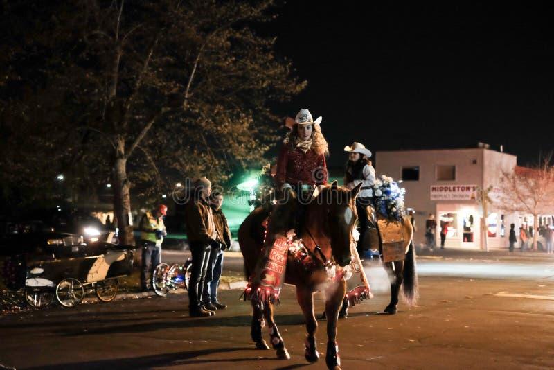 Rodeodrottningar förbereder sig för ferie ståtar royaltyfri foto