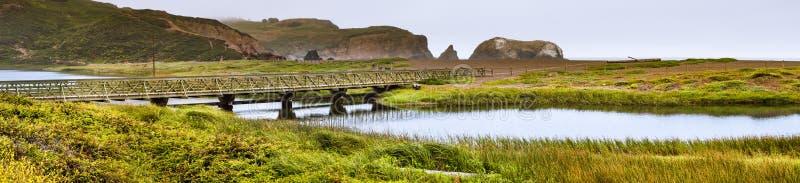 Rodeolagune op de Vreedzame Oceaankustlijn, op een bewolkte dag, Marin Headlands, Marin County, Californië royalty-vrije stock fotografie