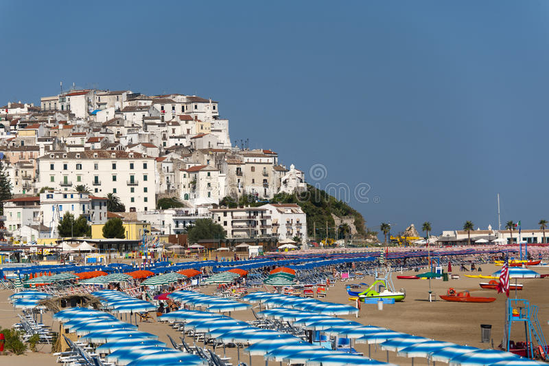 Rodi Garganico und der Strand am Sommer stockbild