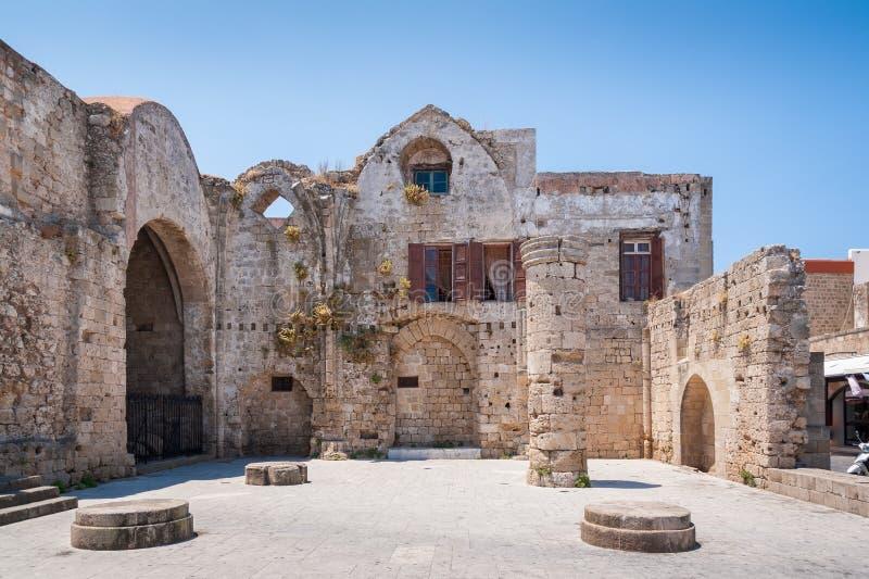 Rodi, Grecia 30 maggio 2018 Resti della chiesa del vergine di Burgh La parte di è usata per le abitazioni residenziali fotografia stock