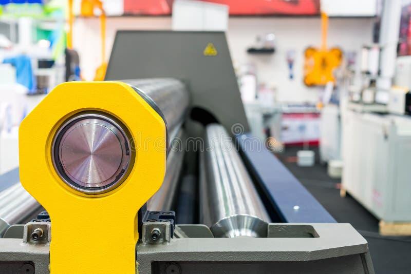 Rodillo ascendente cercano de la máquina automática del doblador de rollo de la hoja de metal del CNC imagenes de archivo
