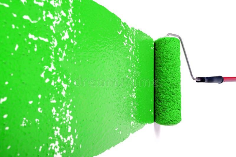 Rodillo con la pintura verde en la pared blanca foto de - Pintura pared verde ...